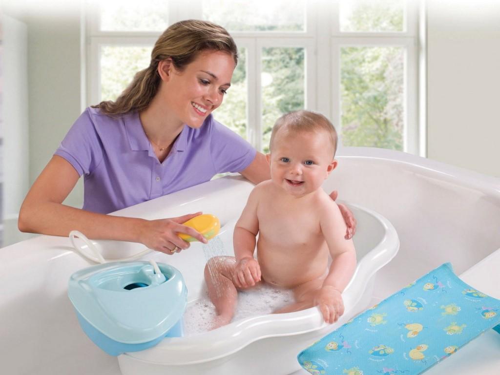 Мама купает малыша
