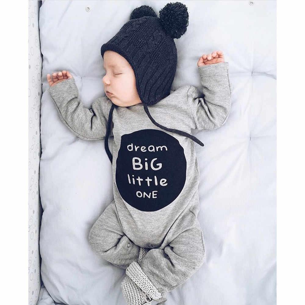 Новорожденный в костюме для весны