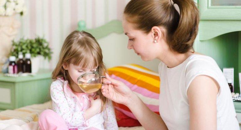 Обильное теплое питье – важное условие при кровавой рвоте у малыша