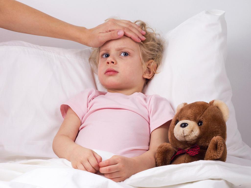 Девочка с медведем в постели
