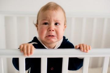 Мальчик в черном плачет
