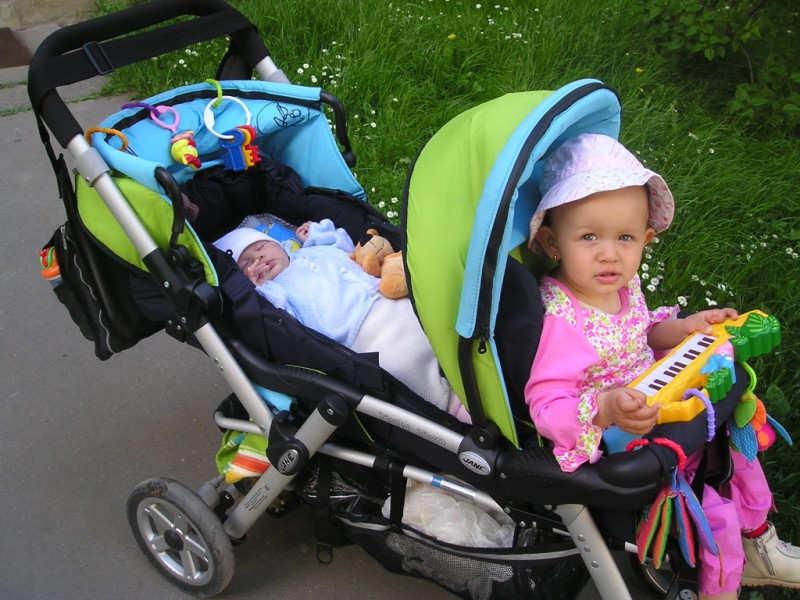 Для детей-погодок или двойни подойдет коляска «тандем»