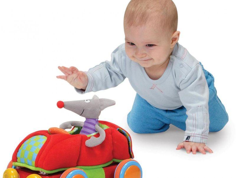 Во второй половине года у ребенка активно развиваются двигательные и речевые навыки
