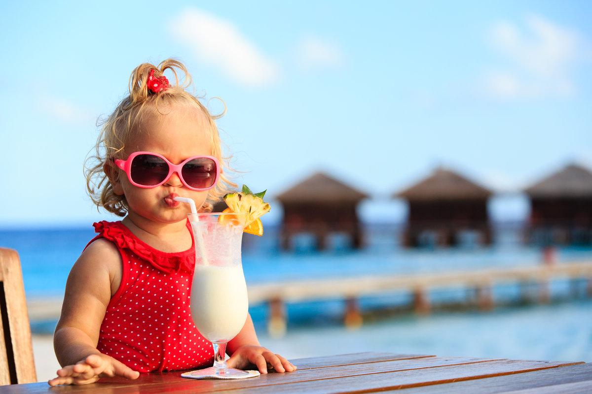 Девочка и молочный коктейль