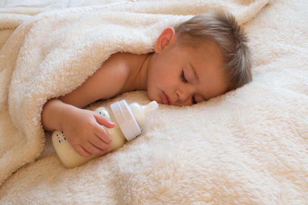 На время обучения позволить засыпать с бутылочкой