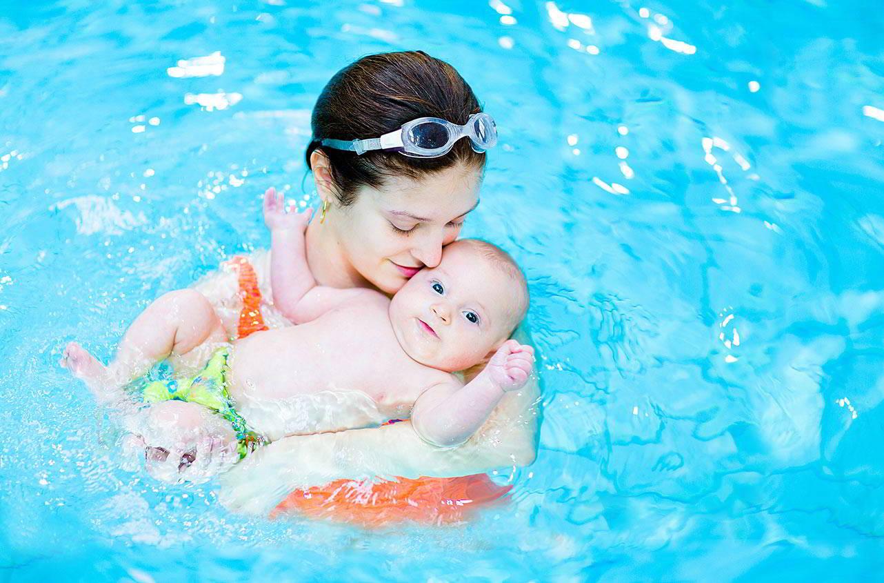 Грудничковое плавание в бассейне полезно и приятно