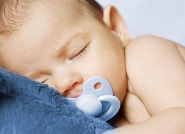 Спящий с соской грудничок