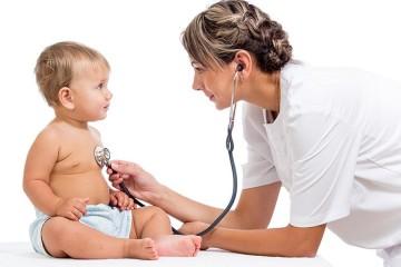 Грудничка слушает врач