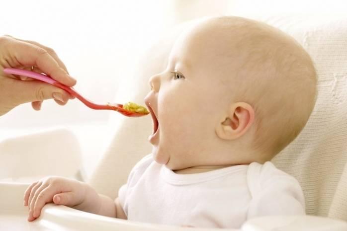 Ребенок ест желток