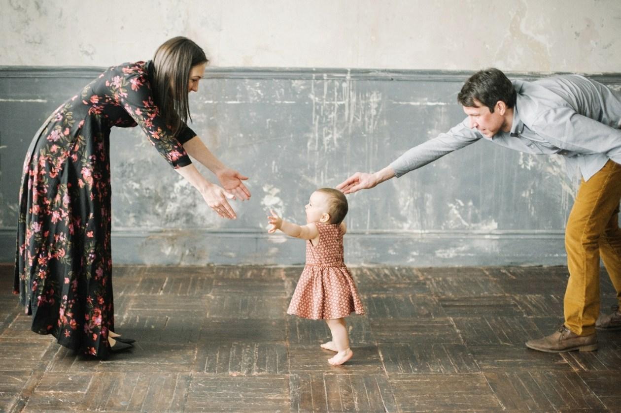 Малышка пытается идти сама