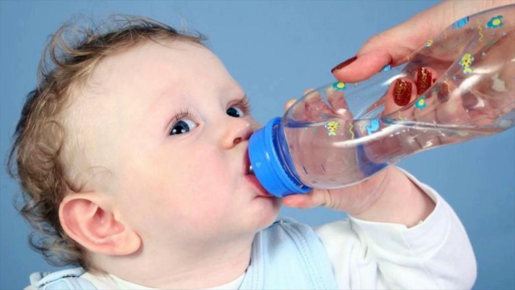 Обильное питье – основная помощь ребенку при отравлении