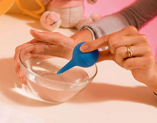 При пищевом отравлении ребенка клизма поможет вывести токсины