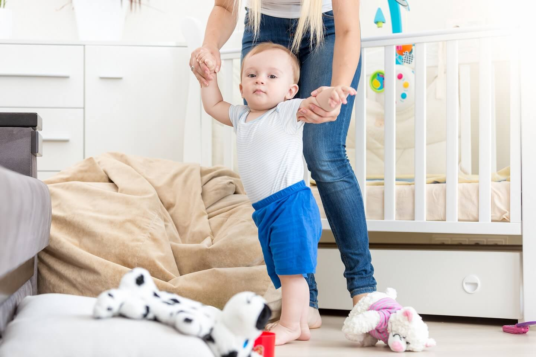 Мальчика учат ходить