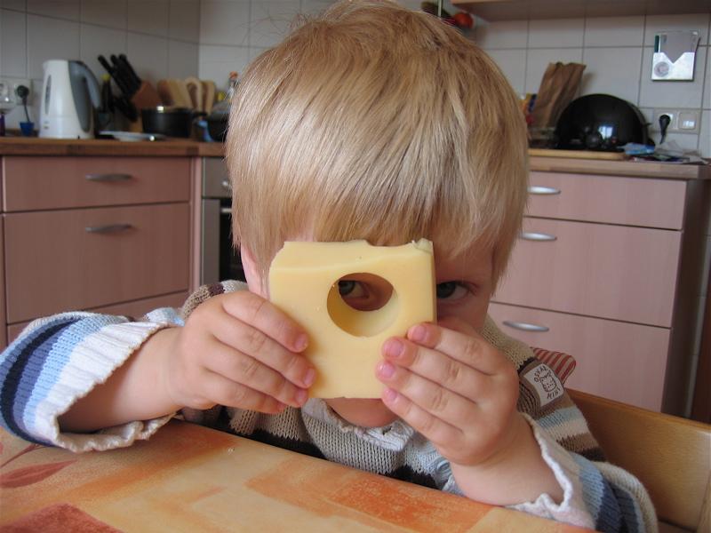 Ребенок с сыром