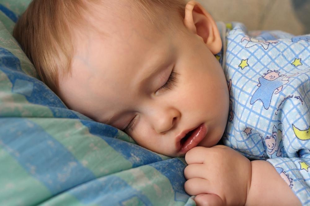 Во сне малыш может изредка покашливать