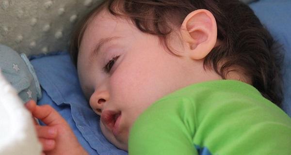 Младенец с закатанными глазками