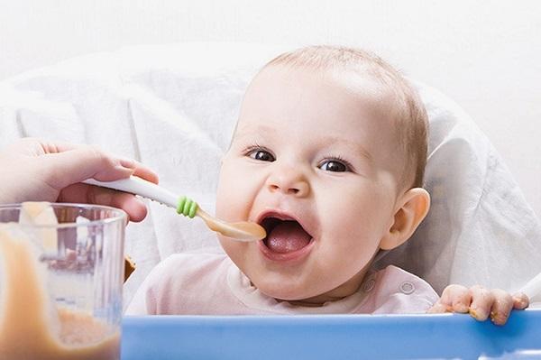 Ребенок кушает прикорм