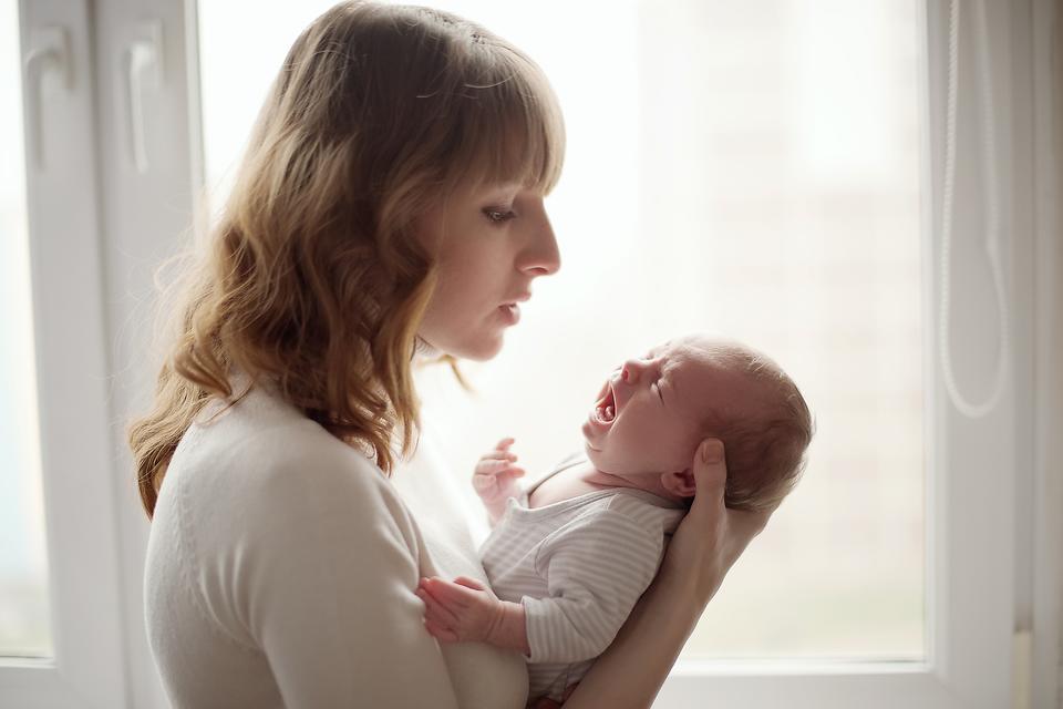 Мама с плачущим ребенком