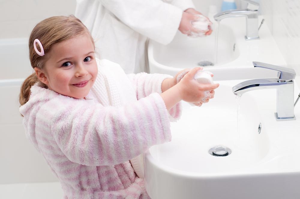Девочка моет руки после прогулки