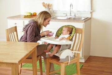 Кормление малыша на стульчике со столом