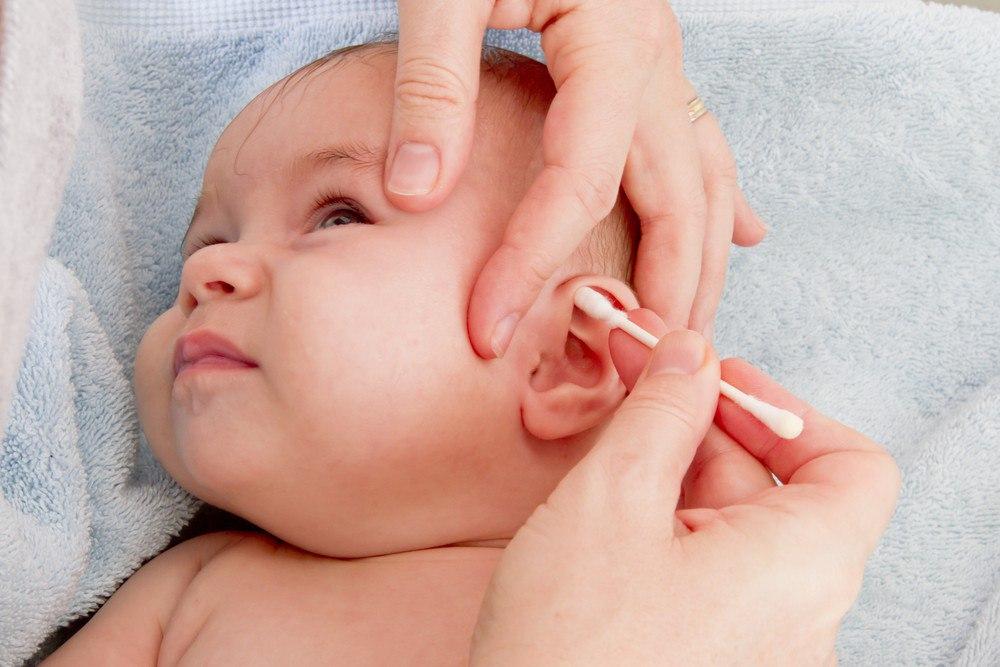 Очищение ушей младенцу