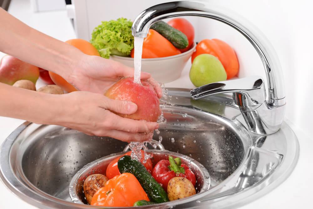 Фрукты и овощи перед употреблением нужно хорошо промыть