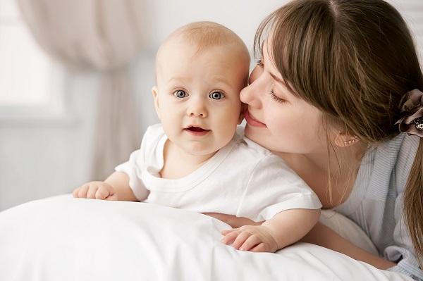 Мама с довольным ребенком