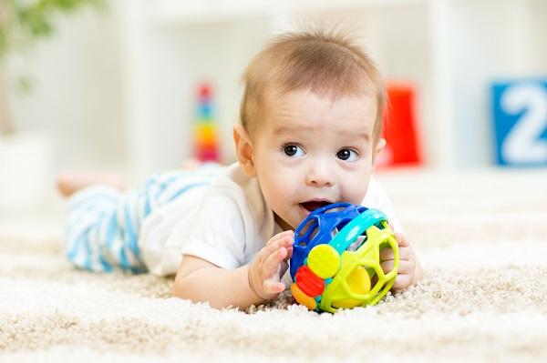 Младенец с развивающей игрушкой