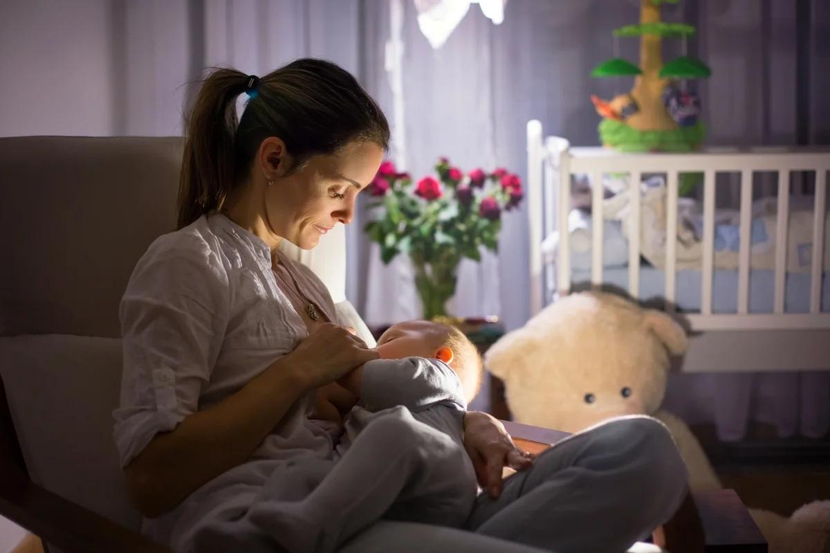 Ночью малыши просыпаются для кормления примерно 2-3 раза