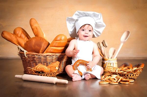 Ребенок сейчас будет кушать хлебушек