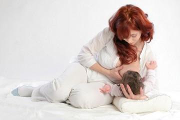 Удобная поза должна быть как у матери, так и у малыша, чтобы проблем не возникало