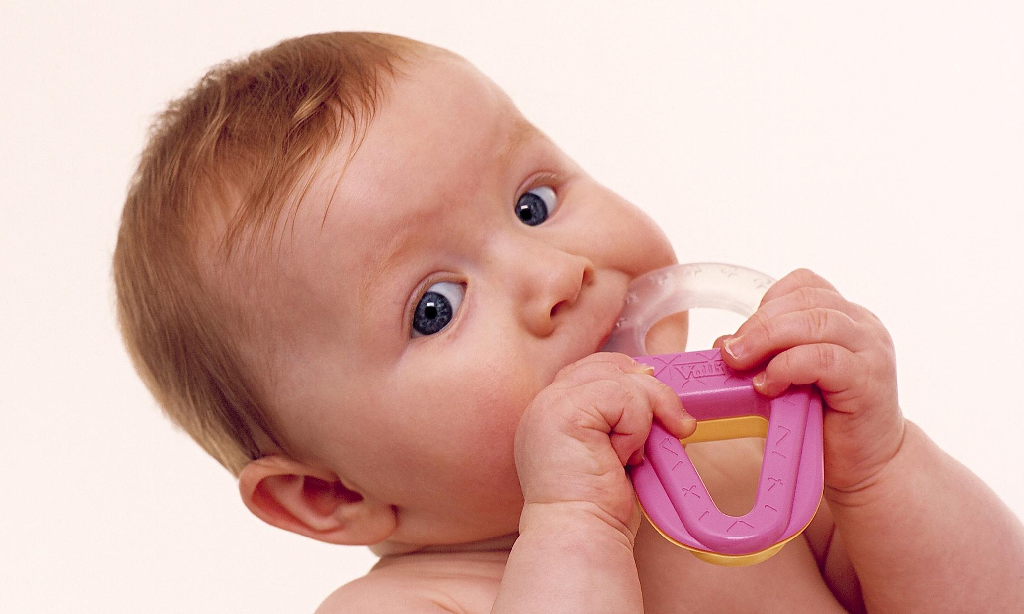 У грудничка режутся зубы