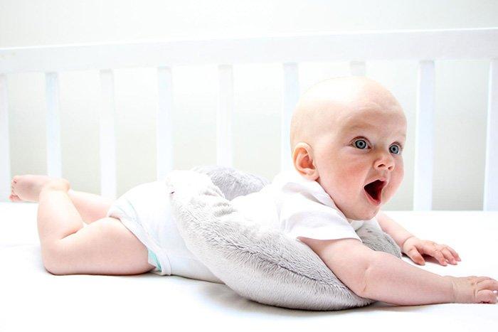 Малыш лежит на животе