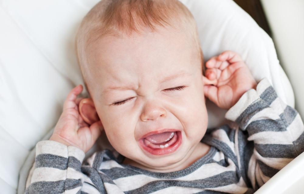 Если малыш плачет, не просыпаясь, это повод забеспокоиться