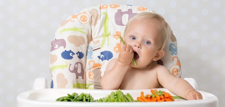 На цвет фекалий младенца влияет его питание, точнее – продукты прикорма
