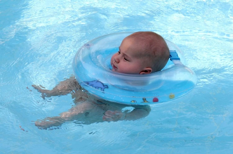 Грудничок в круге для плавания