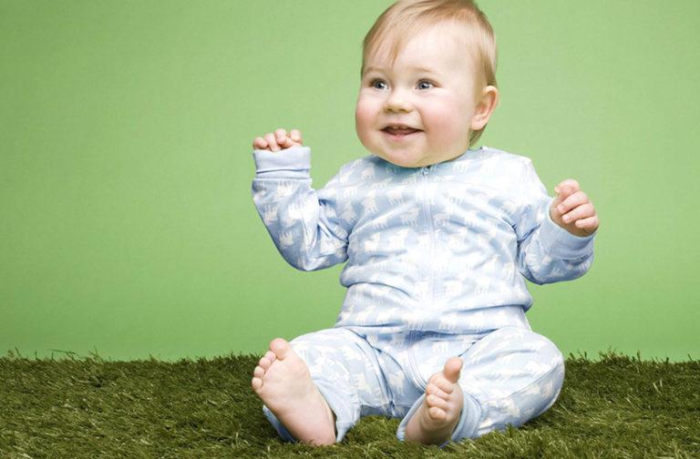 Специально усаживать малыша не нужно, придет время, и он все сделает сам