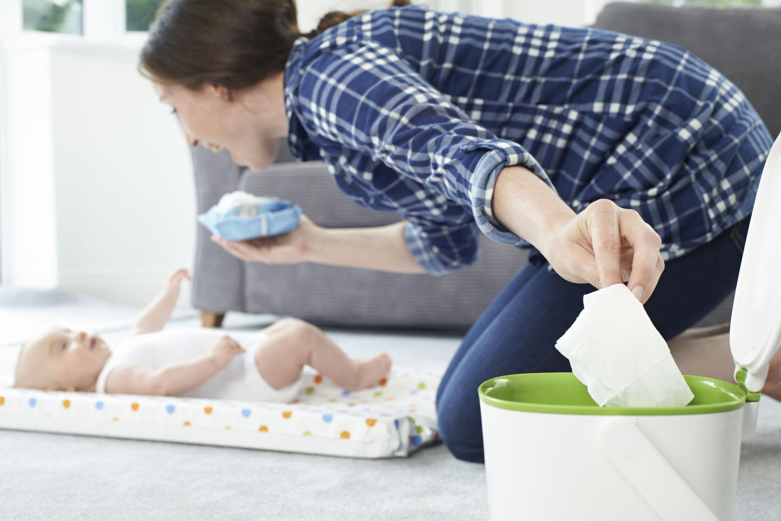 Мама вытирает малыша влажными салфетками