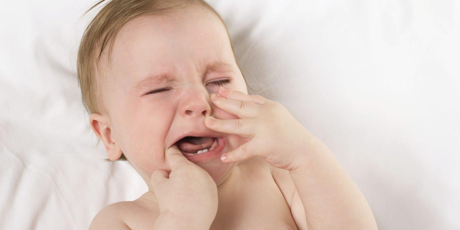 Ребенок сильно капризничает, беспокоится при прорезывании зубов