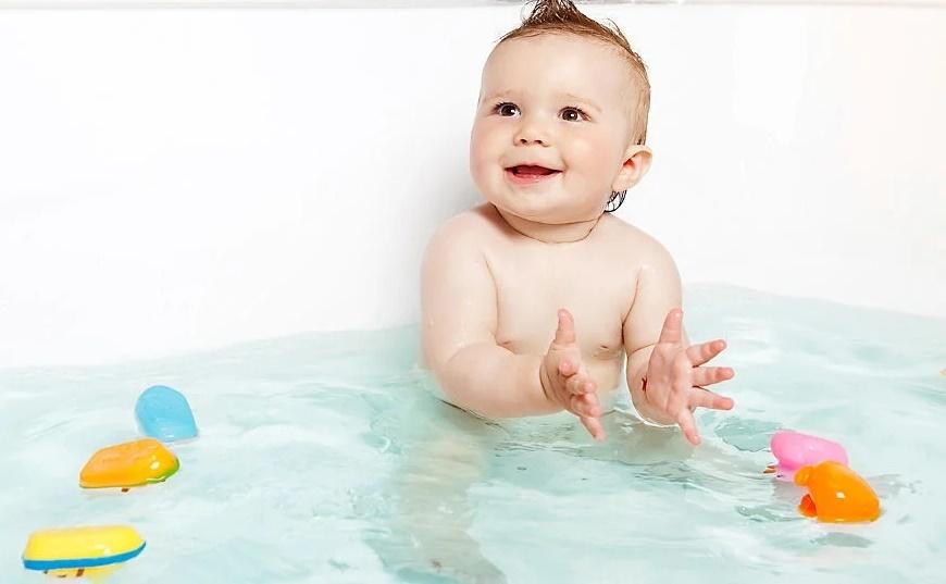 Купание в теплой ванне поможет грудничку поскорее заснуть