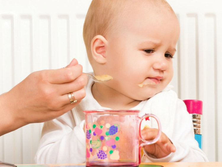 Малыш отворачивается от ложечки