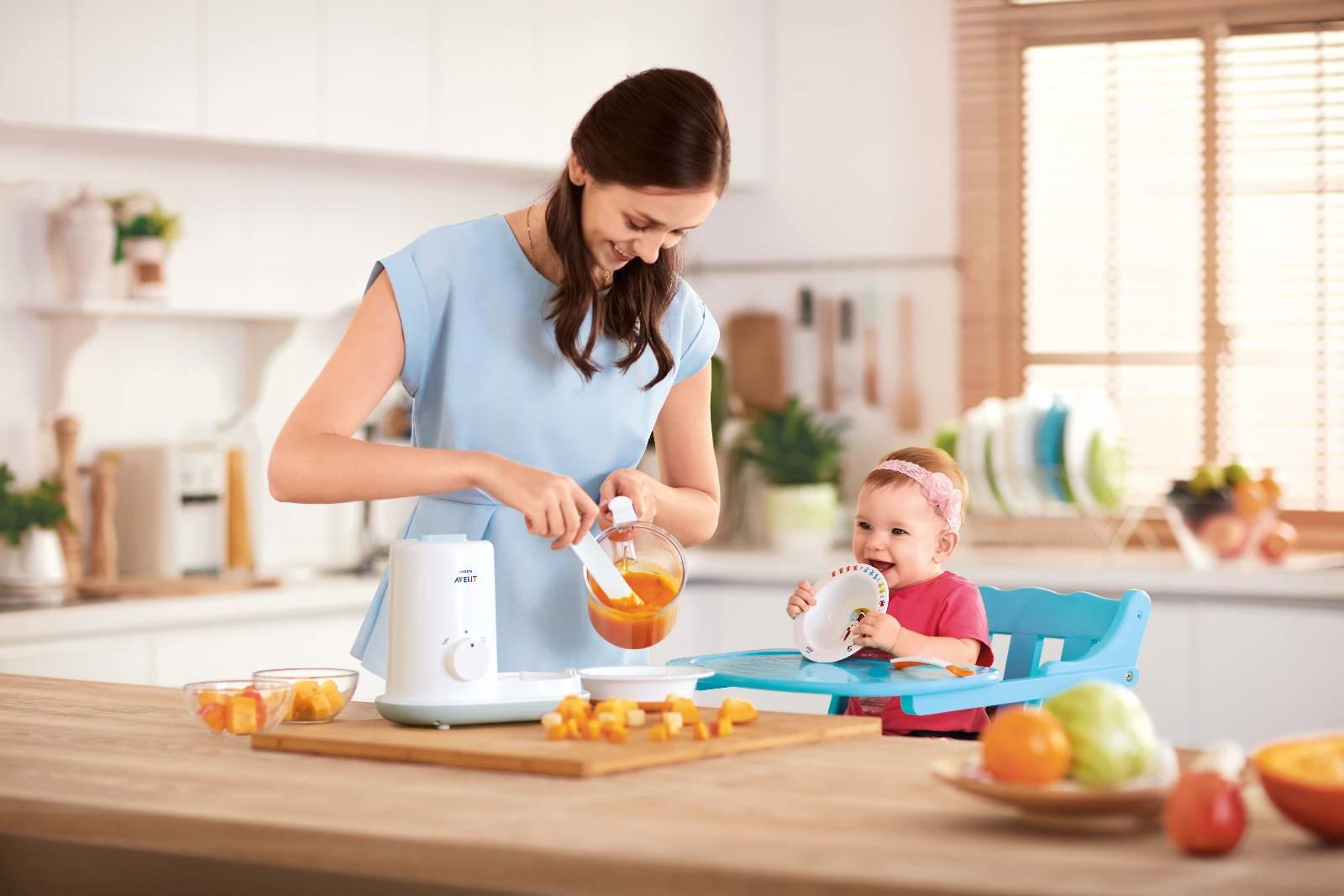Мама готовит пюре для малыша