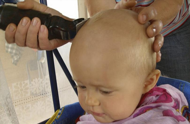 Стрижка малыша с помощью машинки