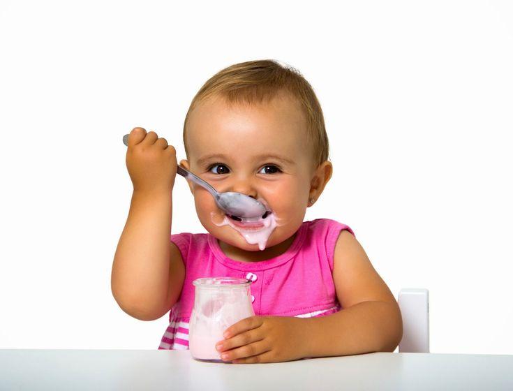 Малыш ест творожок