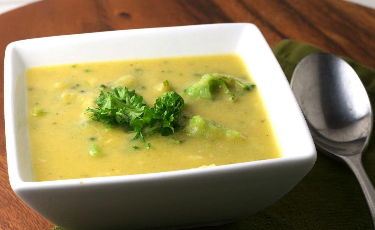 Суп кремовой консистенции из брокколи, картофеля и цветной капусты