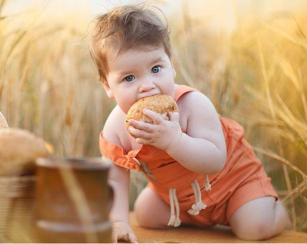 Кроха ест хлебушек