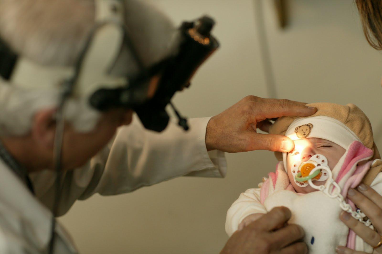 Осмотр глаз младенца офтальмологом
