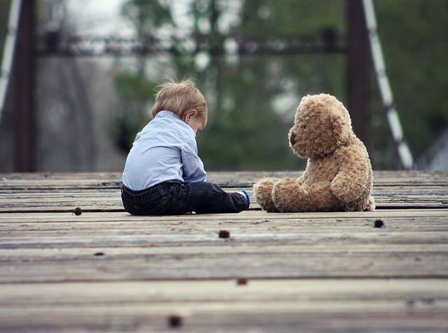Мальчик сидит самостоятельно