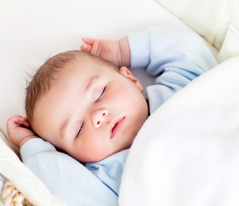 Грудничок спокойно спит