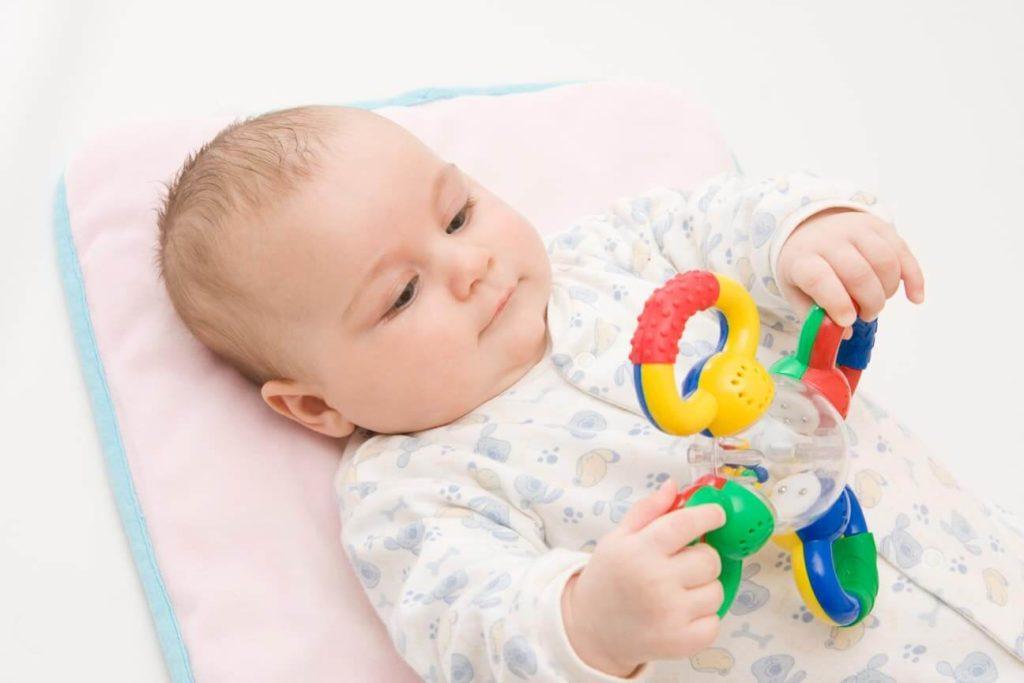 Ребенок осознанно рассматривает игрушку и пытается играть